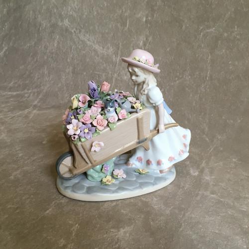 少女と花車の置き物