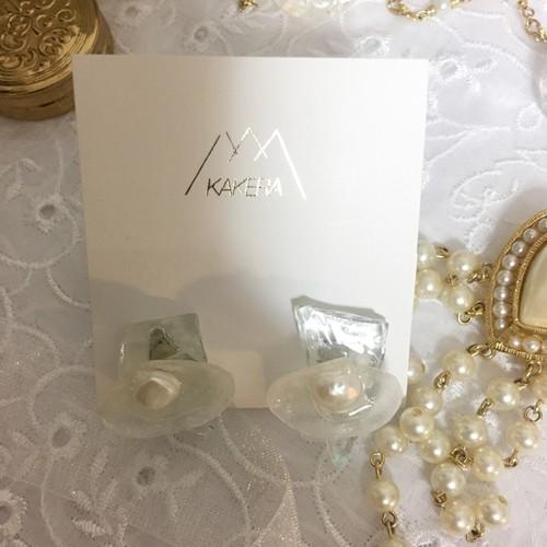 白い貝殻とガラスイヤリング