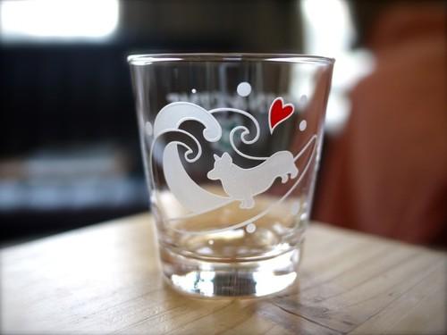 コーギー/ペンブローク彫刻グラス(波乗り)