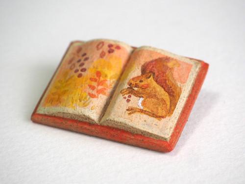 送料込■絵本みたいな陶土のブローチ《リスと木の実と》