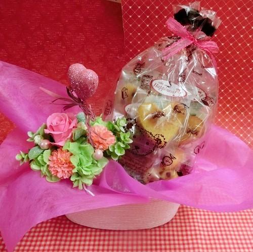 ピンクのハートの陶器にアレンジした薔薇のプリザーブドフラワーとハートの焼き菓子6袋のギフトセット