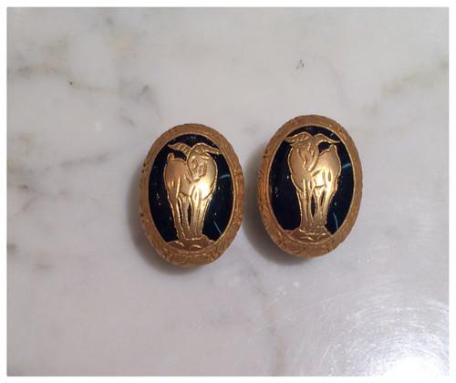 黒い樹脂に金彩、アーカンサスと山羊の模様のイヤリング