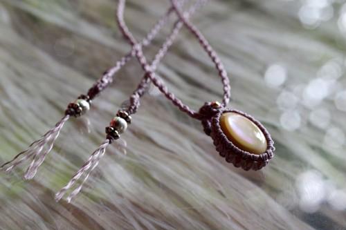 夜光貝のペンダント(マクラメ編み)