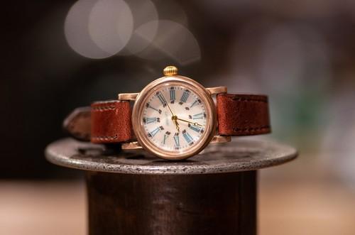 白蝶貝の文字盤とエメラルドグリーンの数字の組み合わせが美しい腕時計(Drake Round Small/在庫品)