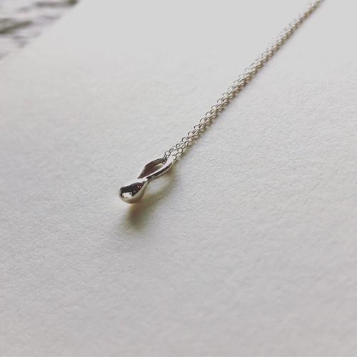 あなたの心と体をつなげる 月のパワーを宿した神聖な  「銀の雫のネックレス」