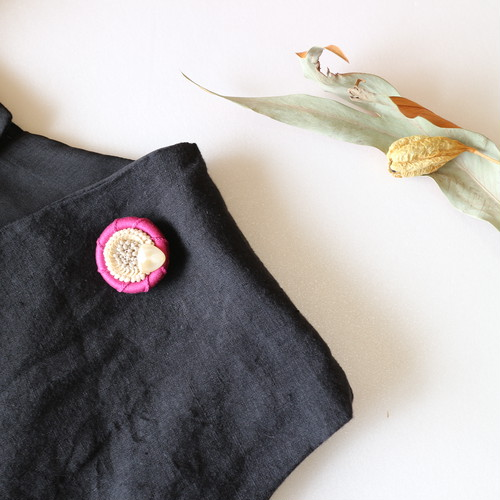 UNIQUEさんのピンク刺繍ビーズブローチ