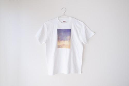 黄色い雲と湖の、Tシャツ