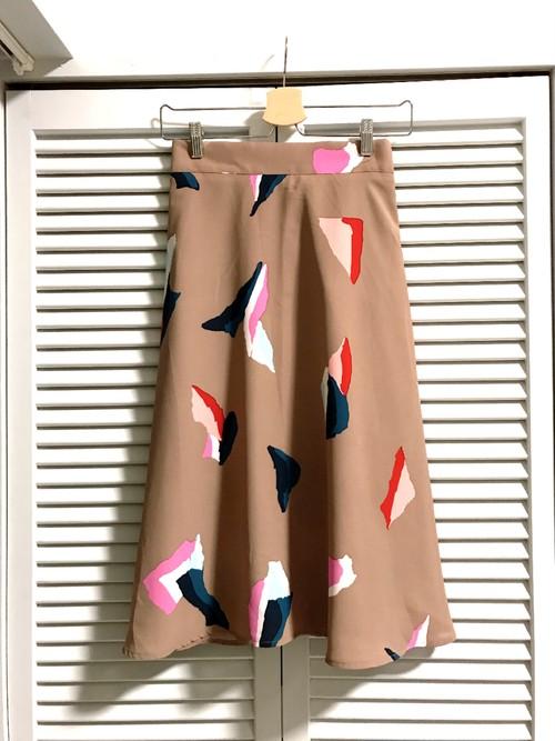 モードなトライアングル柄のAラインスカート