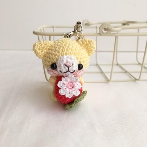 【受注生産】赤イチゴ・淡黄色ネコさん*鈴付きイヤホンジャックストラップ