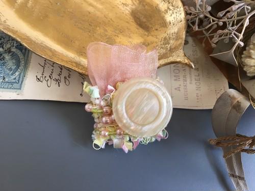 玉虫色のボタンブローチ(ピンク)