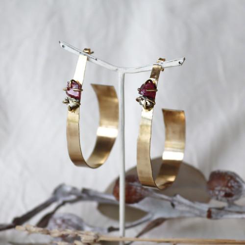 原石ロードライトガーネットとパイライトの真鍮フープピアス