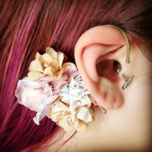 布花のイヤーカフ ピンク