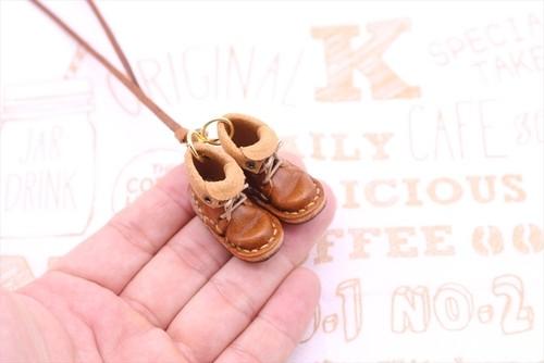 小さな革ブーツのネックレス チョコ