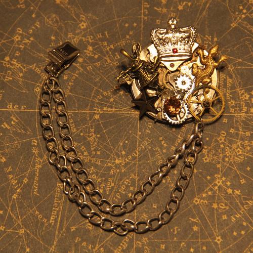 アリスラビットと王冠のブローチ