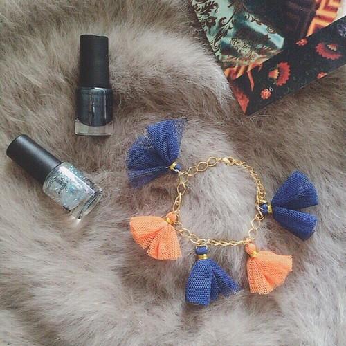 チュール素材タッセルブレス◆ブルー×オレンジ