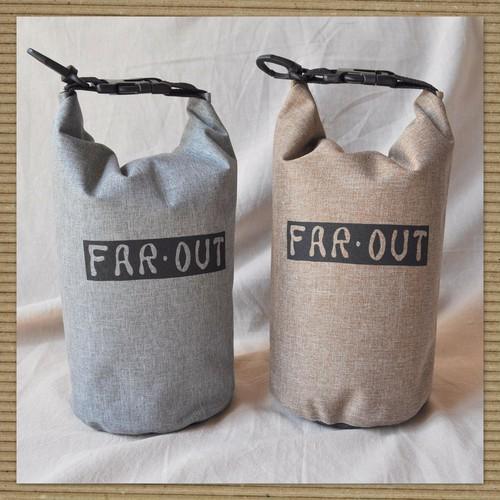 FAR-OUTロゴ入り防水バッグ(グレー/ベージュ)