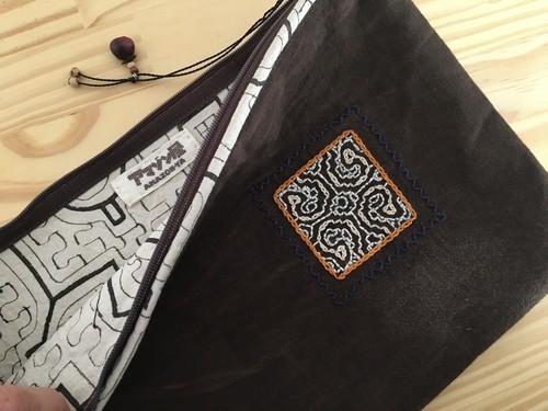 クランチバッグ07  泥染めワンポイント刺繍 アマゾン・シピボ族の泥染め 31x19cm