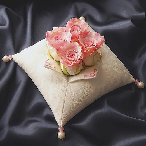 中心にバラを飾ったコットンジャガードのリングピロー