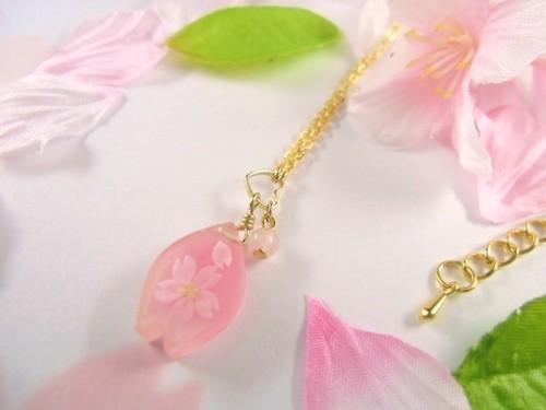桜のペタルが揺れる春のネックレス