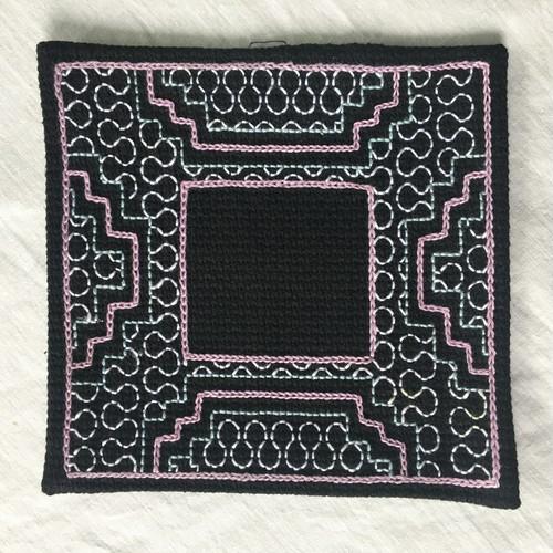 コースター刺繍 額風黒1 シピボ族の刺繍