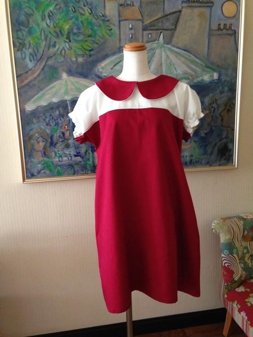 2色の生地が演出するシンプル&スタイリッシュなAラインの丸襟ワンピース。ツートン【ラズベリー&オフホワイト】 一点物