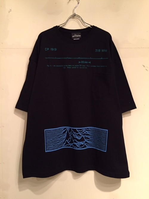 "【18029】WIDE SILHOUETTE S/S POCKET Tee ""PULSAR"" (SAXxGREEN)"