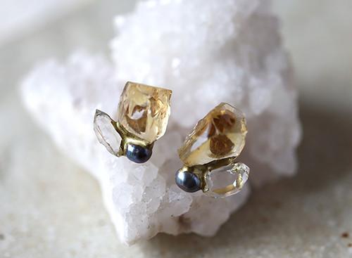 【一点物】原石のシトリン・ダイヤモンドクォーツ・パールの金継ぎピアス