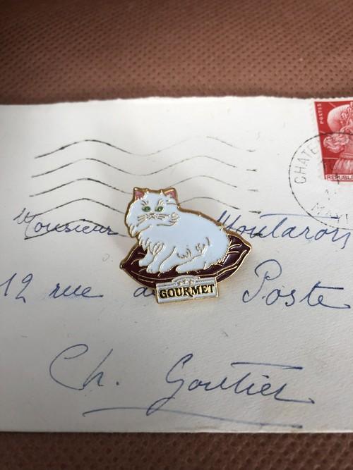 フレンチ雑貨 ヴィンテージなピンバッジ クッションでくつろぐ白い猫 フランス