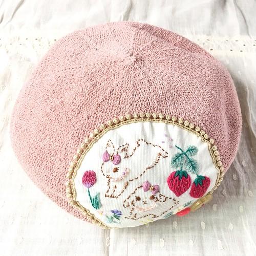 ベレー帽ピンク「ウサギ姉妹と大好きなイチゴ」