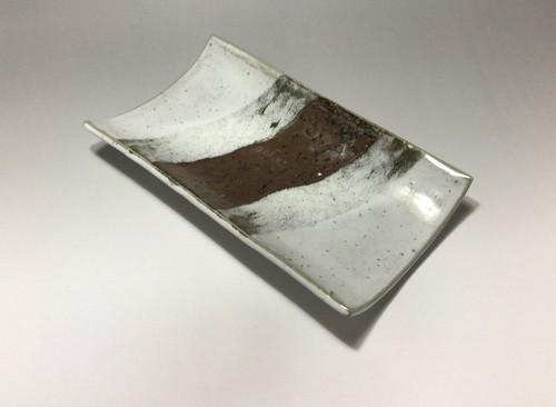 鉄釉掛分け角皿