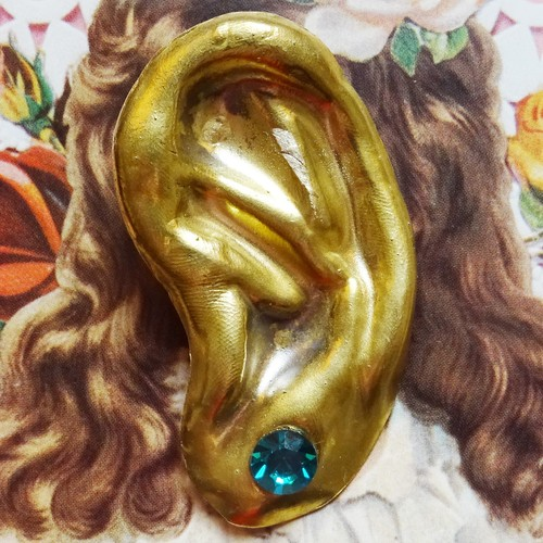 Sedmikrasky セドミックラスキー 真鍮製耳ブローチ / グリーン