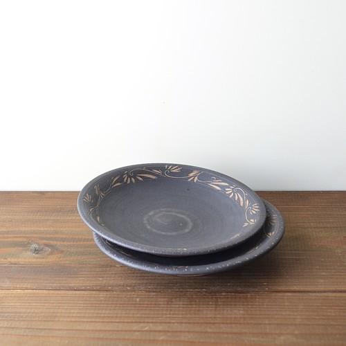 マンガン釉唐草文16.5cm皿
