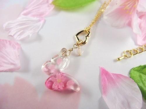 桜の蝶が舞う春を告げるネックレス