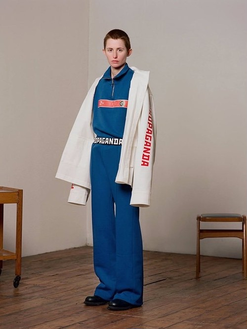 YULIA YEFIMTCHUK+ (ユリア・イエンフィムチュックプラス) Blue sweatshirt with high neck, front zip closure and red front print eng