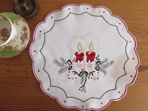 【小さなクリスマス★1】赤いキャンドルと白ポインセチア刺繍 ドイリー /未使用 ヴィンテージ・ドイツ