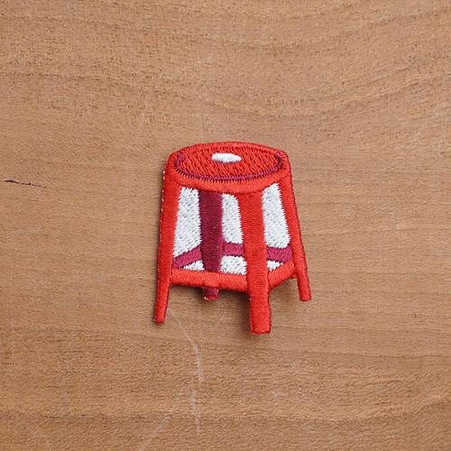 【 MOGU 】 ピンブローチ 赤い椅子 (紅椅)