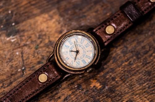 漆喰にスタンプで文字を押した適度な凹凸のある文字盤の腕時計 (Marvin Small/店頭在庫品)