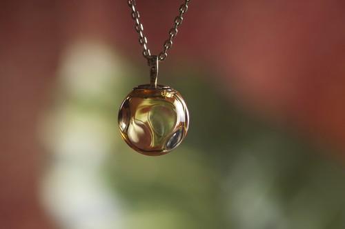 ガラスドームメモリアルペンダントLOTUSΦ シャンパンイエロー