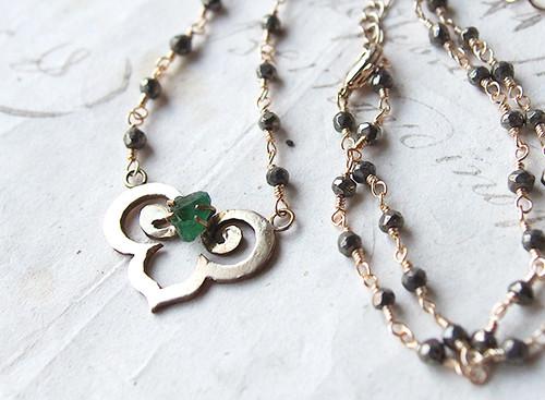 【一点物】原石エメラルドとパイライトの真鍮モチーフネックレス
