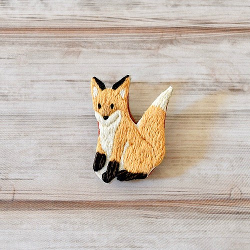 LOUPE / キツネの手刺繍ブローチ