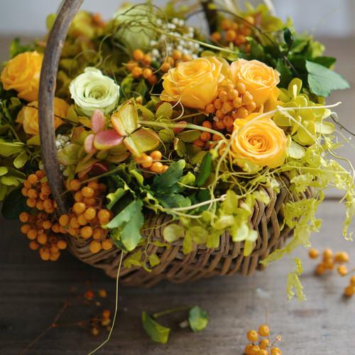 【バスケットアレンジ】 グリーンのグラデーション紫陽花と、オレンジローズと実物