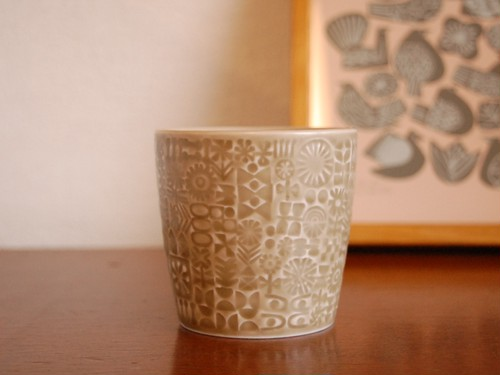 BIRDS'WORDS PATTERNED CUP [mocha beige]