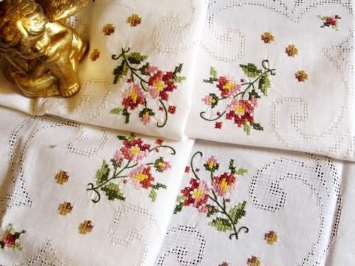 ドロンワークとお花のクロスステッチ刺繍のテーブルクロス
