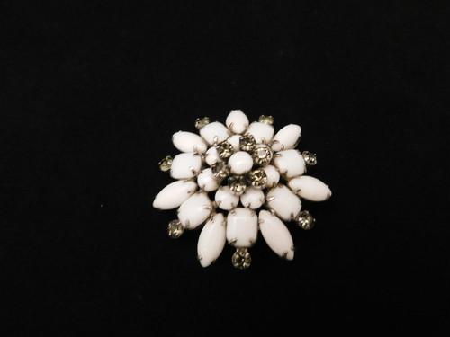 白色のブローチ(ビンテージ )white color vintage brooch