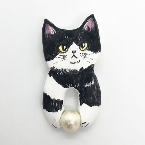 ボールで遊ぶ猫ブローチ(白黒ハチワレ)
