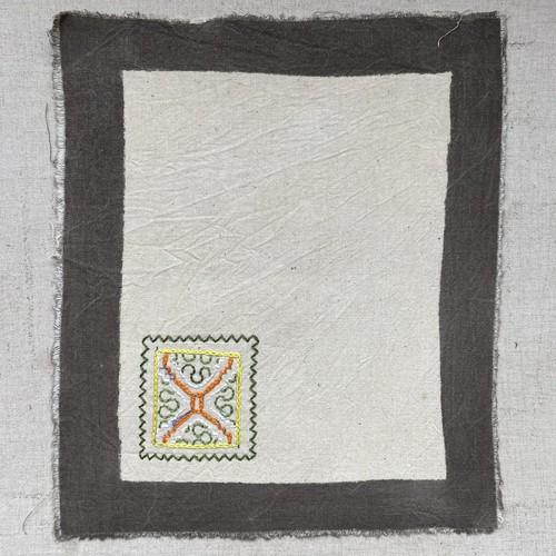 プレイスマットワンポ刺繍白1 シピボ族の泥染め 23x27cm ワンポイント・ティーマット