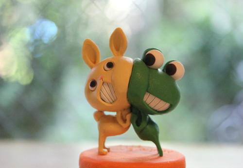 樹脂粘土人形/ケロと白うさぎ(台オレンジ)