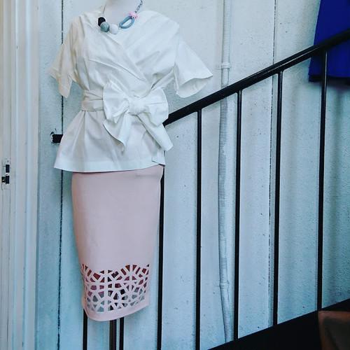 膝部分デザインカットのペンシルスカート