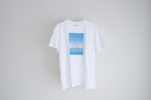 青い空と船を描いた、Tシャツ