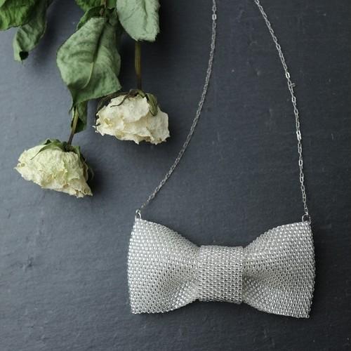 白いビーズで編んだリボンのネックレス